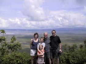 5 af os med Ngorongoro som baggrumd.jpg